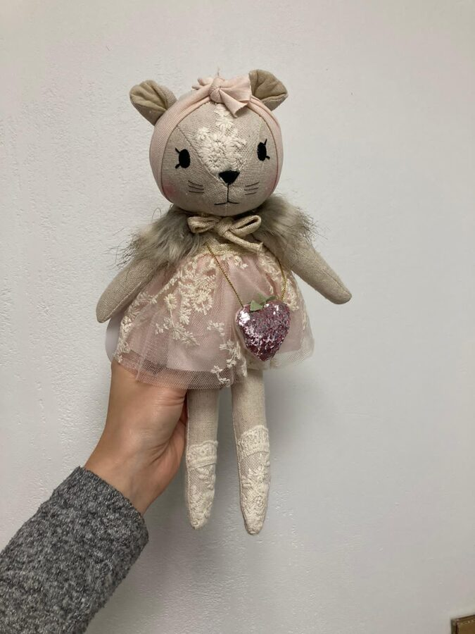 Miniwinther lina pele ar rozā tilla kleitu un somiņu