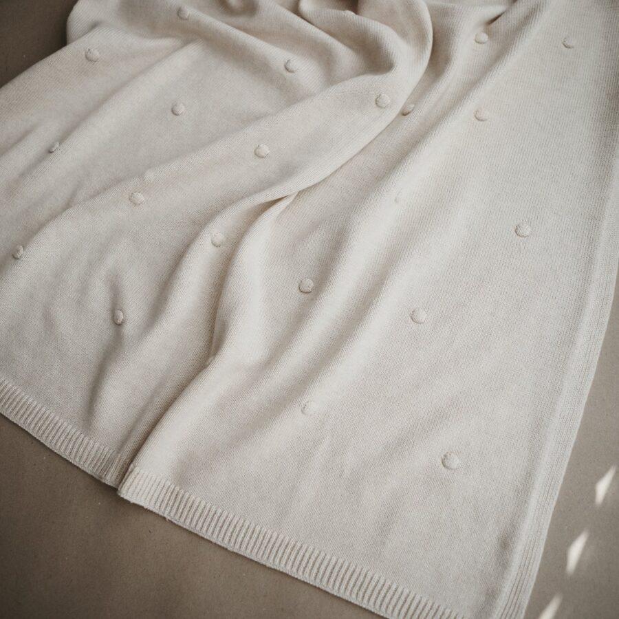 Mushie - adīta sedziņa ar bumbuļu tekstūru / Off white melange