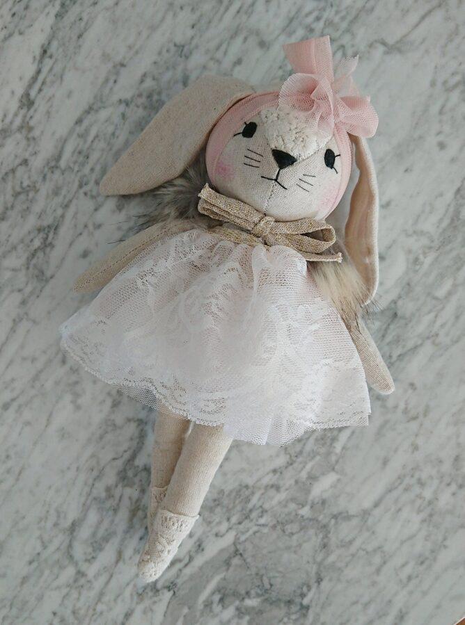 WONDERFOREST - Lina zaķis ar baltas krāsas kleitu