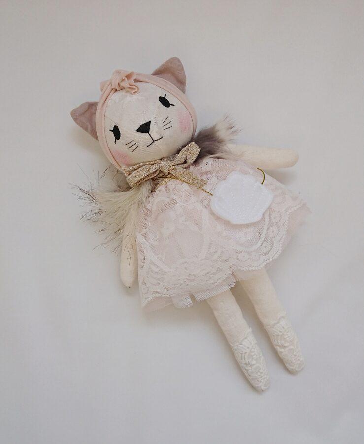 Miniwinther lina kaķis ar baltu kleitu un gliemežvāka somiņu