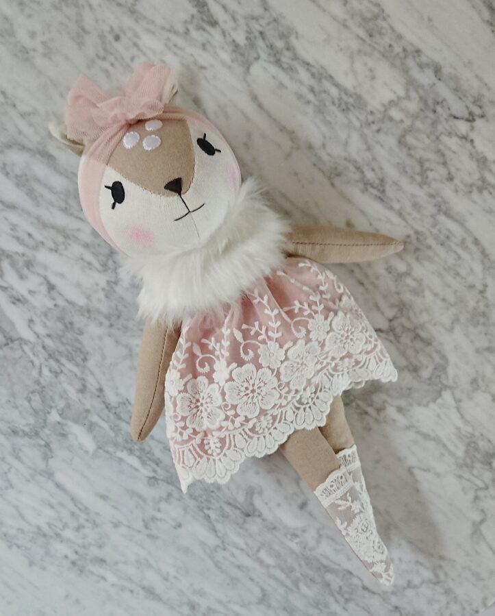 Miniwinther lina stirniņa ar mežģīņu kleitu