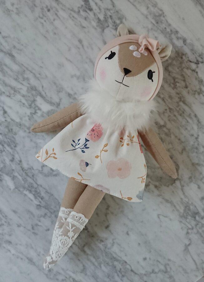 Miniwinther lina stirniņa ar puķainu kleitu.