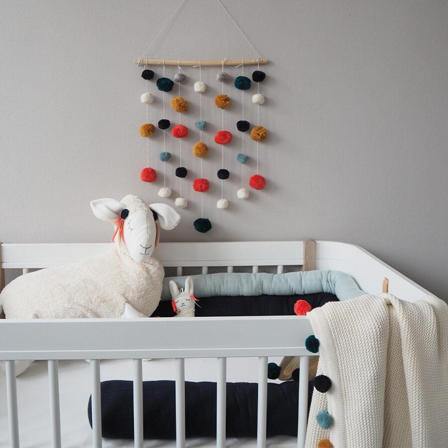 Bērnistabas dekors ar pompomiem