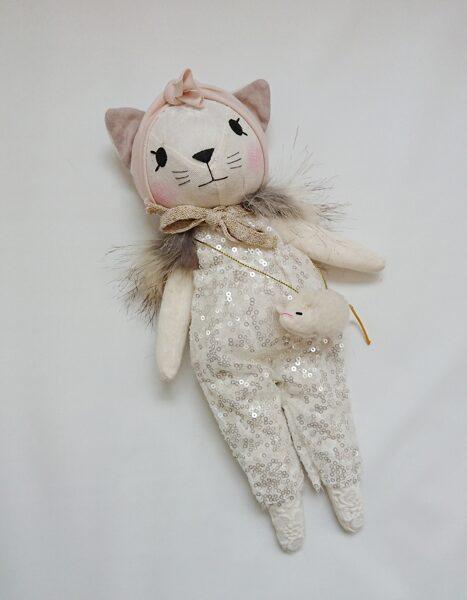 Lina kaķis ar fliteru kostīmu un peļu somiņu